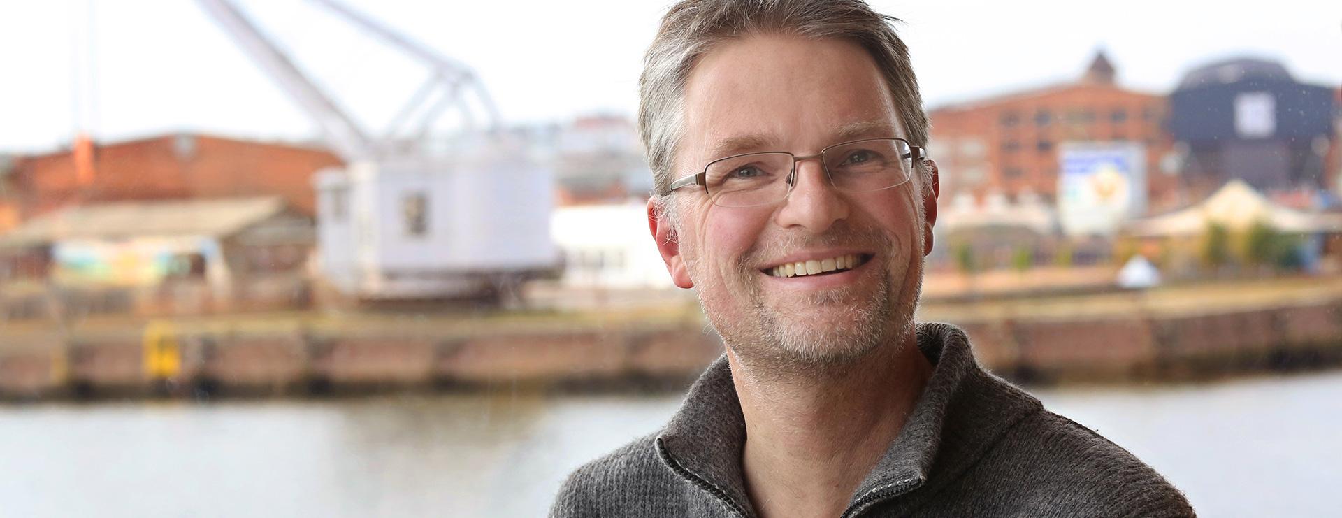 Portrait Henning Lichte vor Kaimauer Untertrave in Lübeck